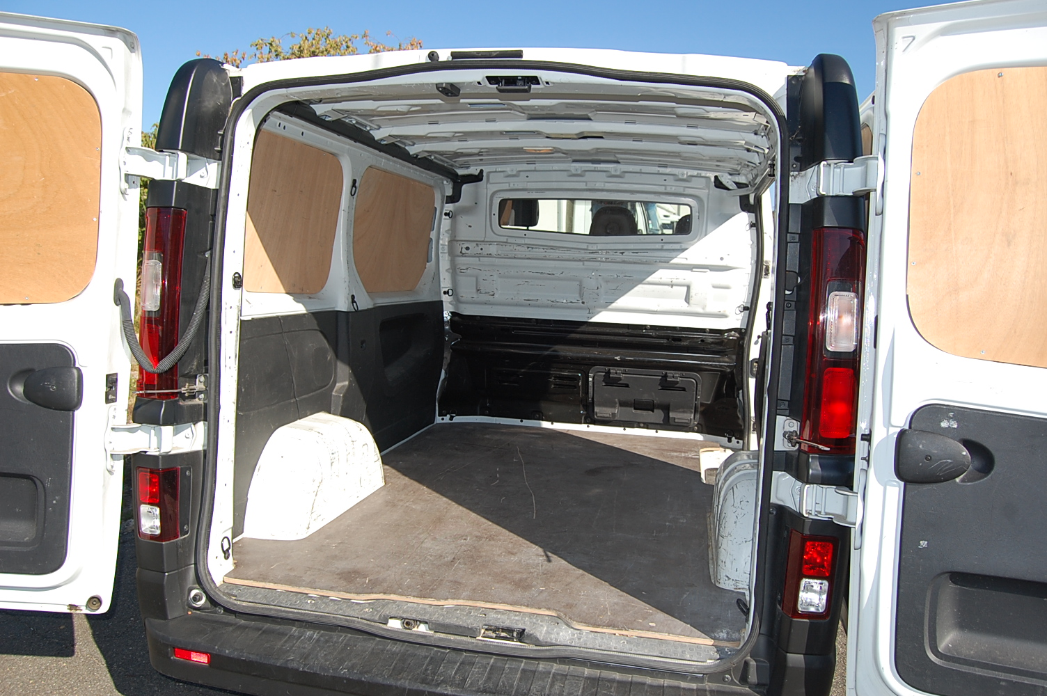 location d 39 un utilitaire 6m3 renault trafic locabest. Black Bedroom Furniture Sets. Home Design Ideas
